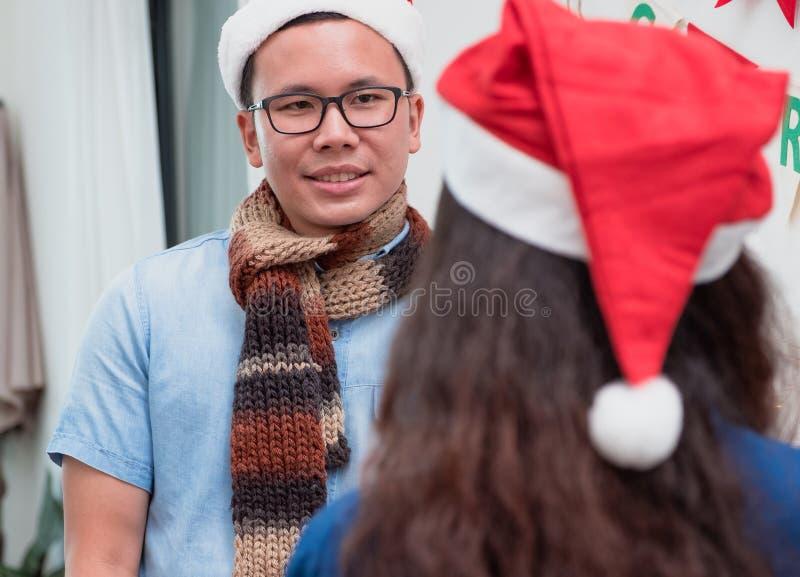 Il regalo che dà per il Natale ed il nuovo anno, si chiude sul lookin dell'uomo alla donna al partito di natale, concetto della c fotografie stock libere da diritti