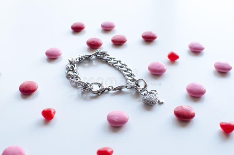 Il regalo perfetto dei biglietti di S. Valentino per lei un braccialetto brillante con il chocol fotografia stock libera da diritti