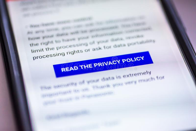 Il regolamento generale di protezione dei dati - GDPR - messaggio dello smartphone del primo piano con il bottone ha letto i norm fotografie stock