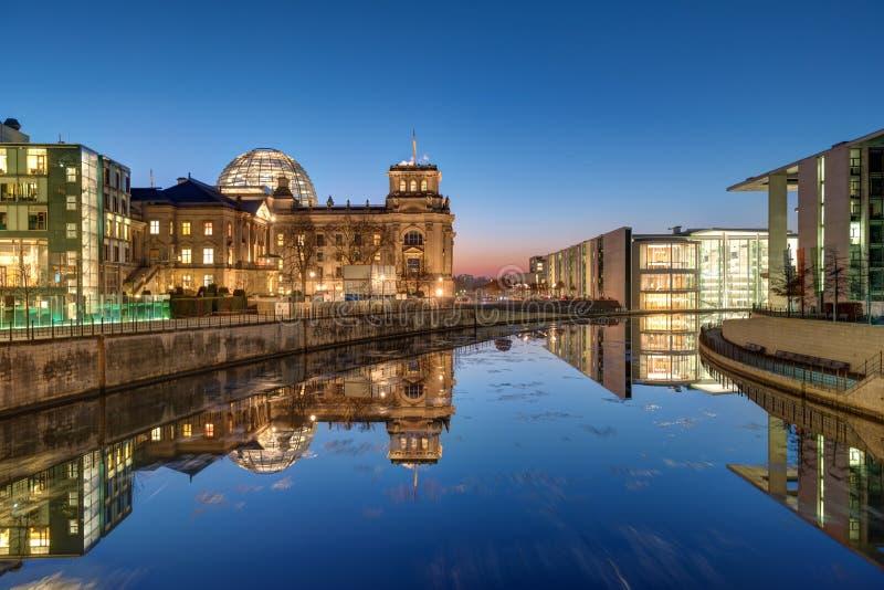 Il Reichstag e la baldoria del fiume dopo il tramonto immagine stock libera da diritti