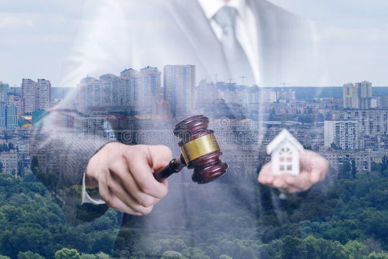 Il relatore conduce l'asta per la vendita dei beni immobili fotografia stock