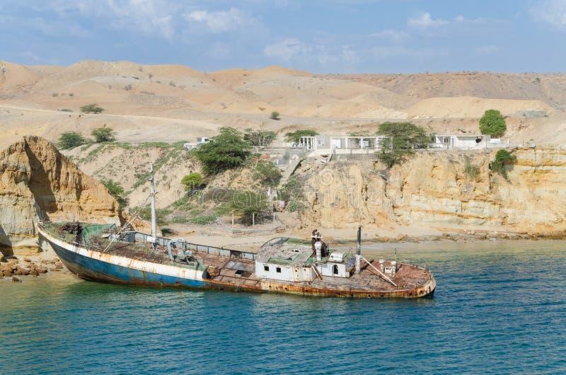 Il relitto d 39 arrugginimento della nave incagliato alla - Alla colorazione della spiaggia ...