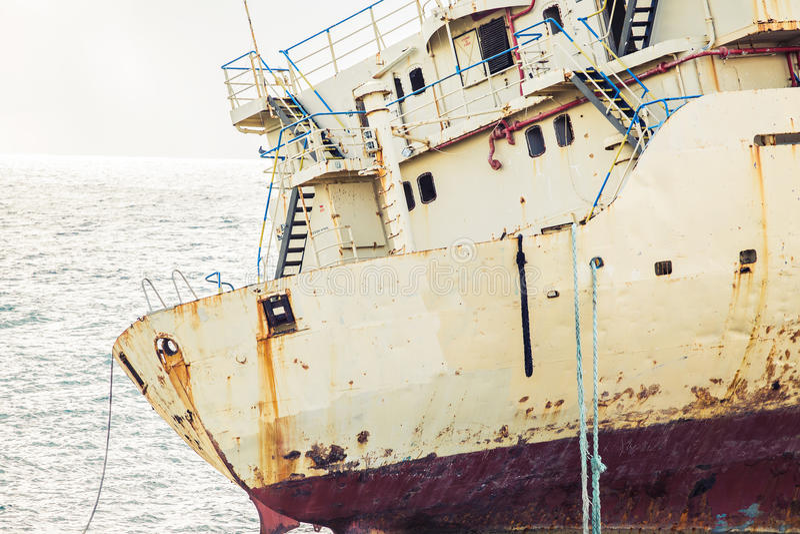 Il relitto della nave circondato dal mare ondeggia sulla spiaggia, Cipro fotografia stock libera da diritti