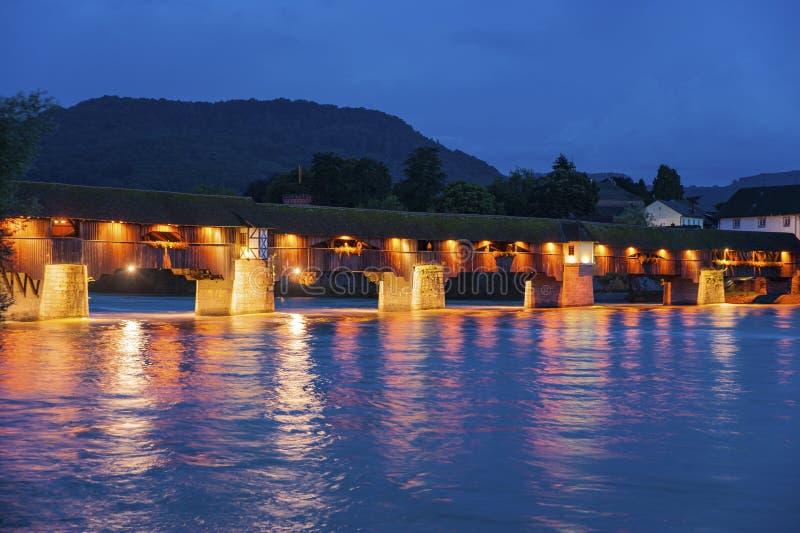 Il Reno con il ponte storico in cattivo Säckingen immagini stock