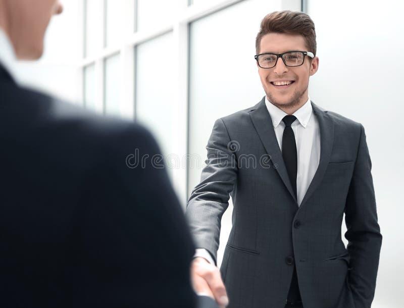 Il responsabile accoglie il cliente con una stretta di mano immagini stock libere da diritti