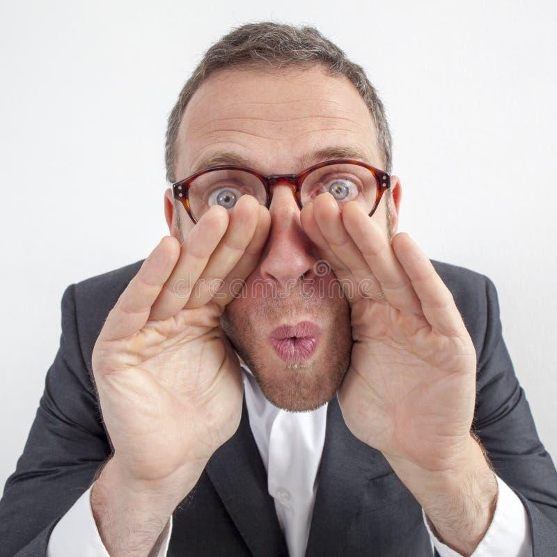Il responsabile che bisbiglia, strategie di gestione gridanti con le mani gradisce rumoroso-hailer fotografia stock