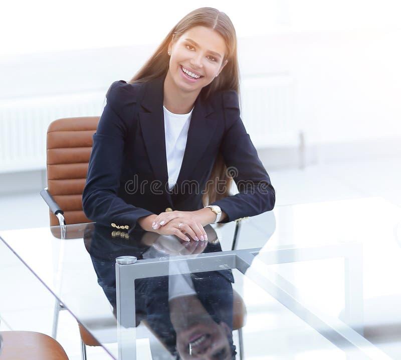 Il responsabile della donna sta sedendosi alla tavola fotografie stock libere da diritti