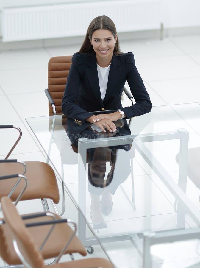 Il responsabile della donna sta sedendosi alla tavola immagini stock libere da diritti