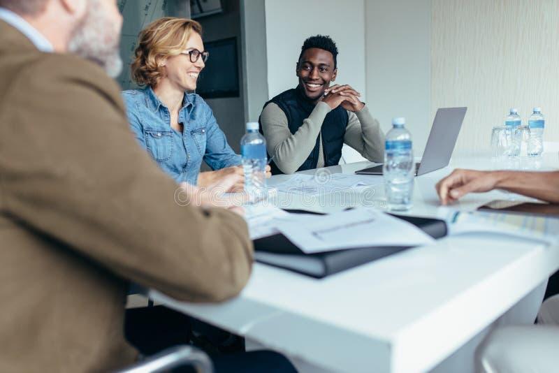 Il responsabile femminile conduce la riunione di 'brainstorming' nell'ufficio progetti immagini stock