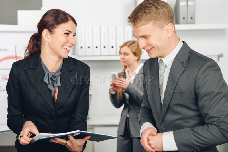 Il responsabile maschio istruisce l'impiegato femminile fotografia stock libera da diritti