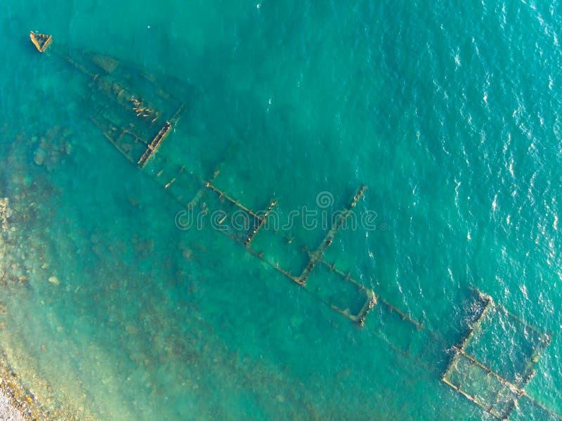 Il resti arrugginito della nave da carico asciutta del vecchio mare sull'acqua bassa fotografie stock