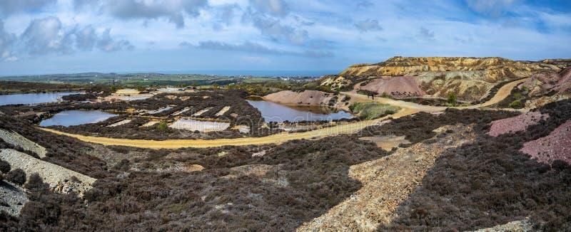 Il resti colourful di precedente montagna di Parys della miniera di rame vicino a Amlwch sull'isola di Anglesey, Galles, Regno Un immagini stock libere da diritti