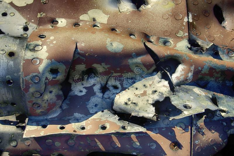 Il resti degli ærei militari ha perforato i frammenti di coperture, effetto della scheggia fotografia stock libera da diritti