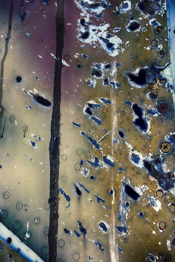 Il resti degli ærei militari ha perforato i frammenti di coperture, effetto della scheggia immagine stock libera da diritti