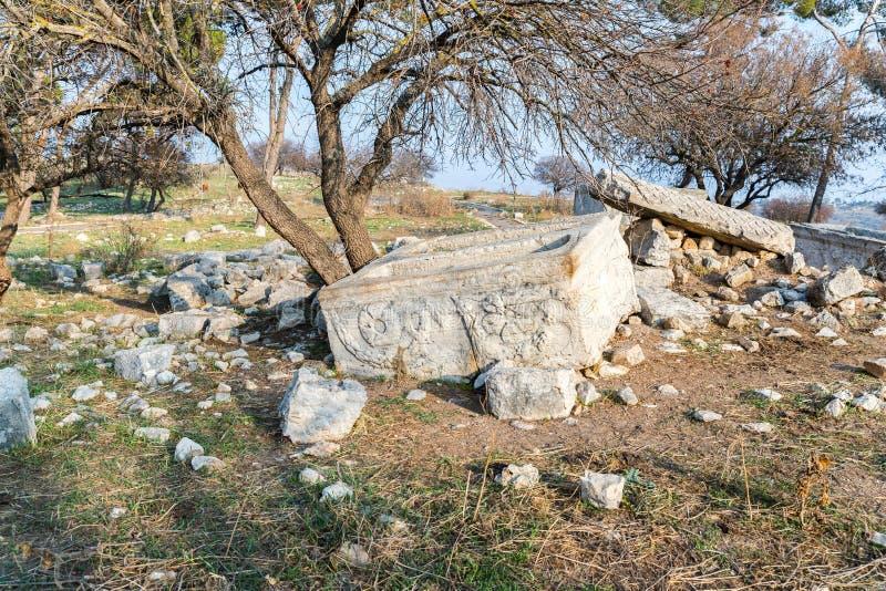 Il resti della colonna sulle rovine del tempio romano distrutto, situate nella città fortificata sul territorio del Naftal immagine stock