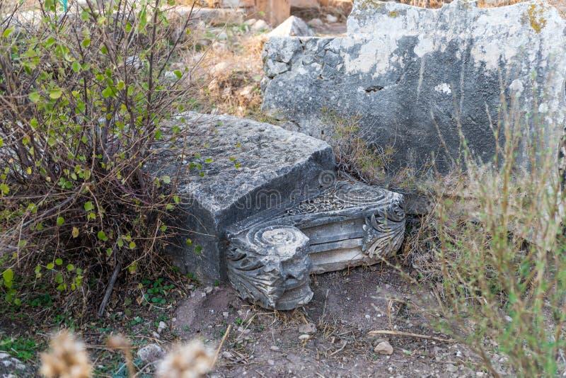 Il resti della colonna sulle rovine del tempio romano distrutto, situate nella città fortificata sul territorio del Naftal fotografia stock libera da diritti