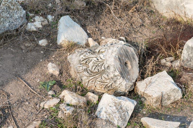Il resti della colonna sulle rovine del tempio romano distrutto, situate nella città fortificata sul territorio del Naftal immagini stock