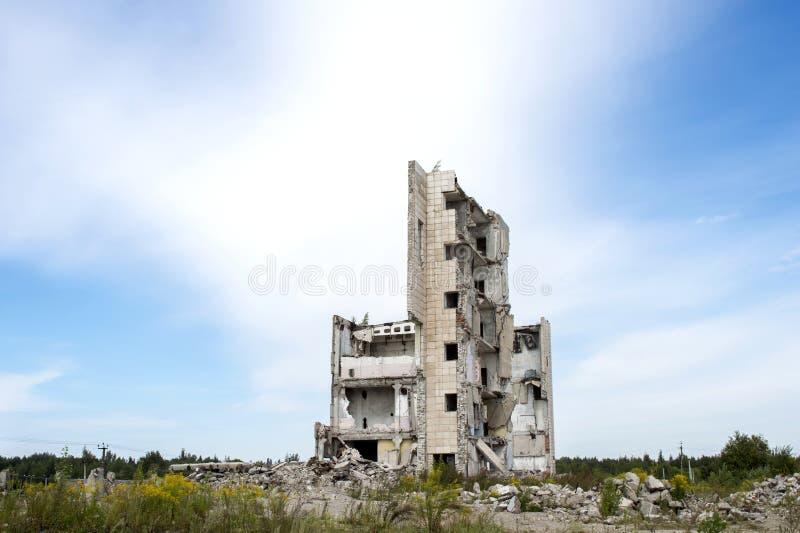 Il resti della struttura di grande costruzione distrutta con i detriti grigi concreti intorno Fondo Spazio del testo fotografie stock