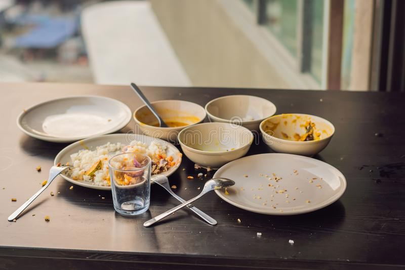 Il resti di alimento in piatti, briciole sulla tavola dopo pranzo o fotografia stock libera da diritti