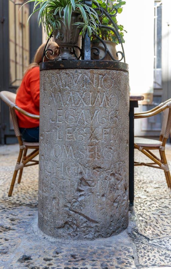 Il resti di una colonna con un'iscrizione in latino, citante la decima legione romana situata a Gerusalemme, situata vicino a Gia immagini stock libere da diritti