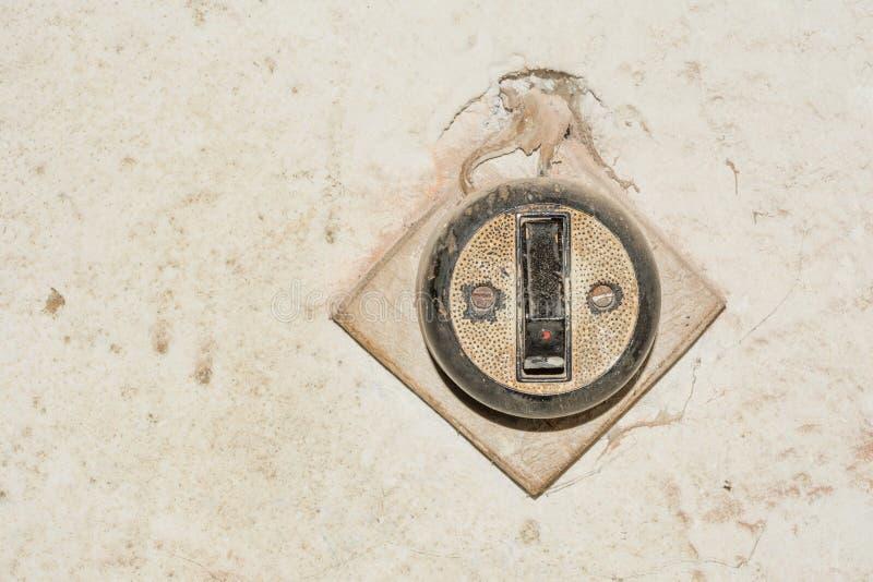 Il retro commutatore di stile è attaccato al compensato ed alla vecchia parete immagini stock libere da diritti
