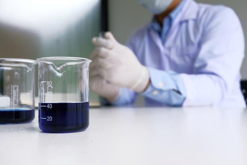 Il ricercatore medico o scientifico maschio del laboratorio esegue le prove fotografia stock