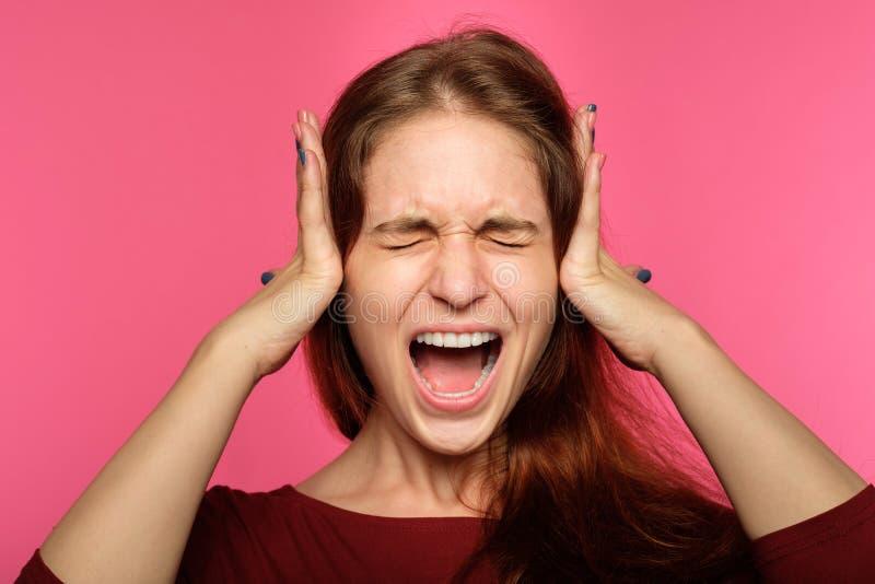 Il rifiuto di rifiuto sente la donna coprire le orecchie che gridano fotografia stock