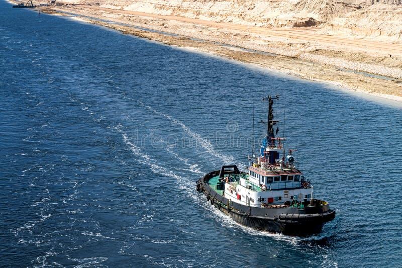 Il rimorchiatore funziona nella nuova sezione di estensione del canale di Suez immagine stock