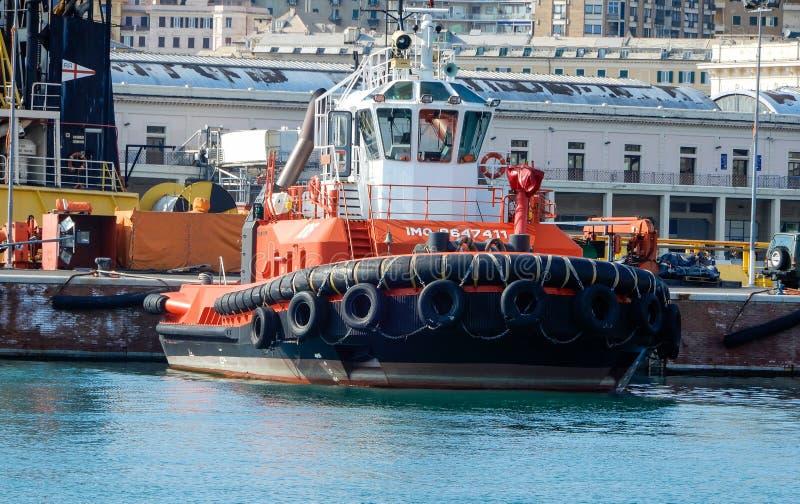 Il rimorchiatore ha attraccato nel porto di Genova, Italia fotografia stock