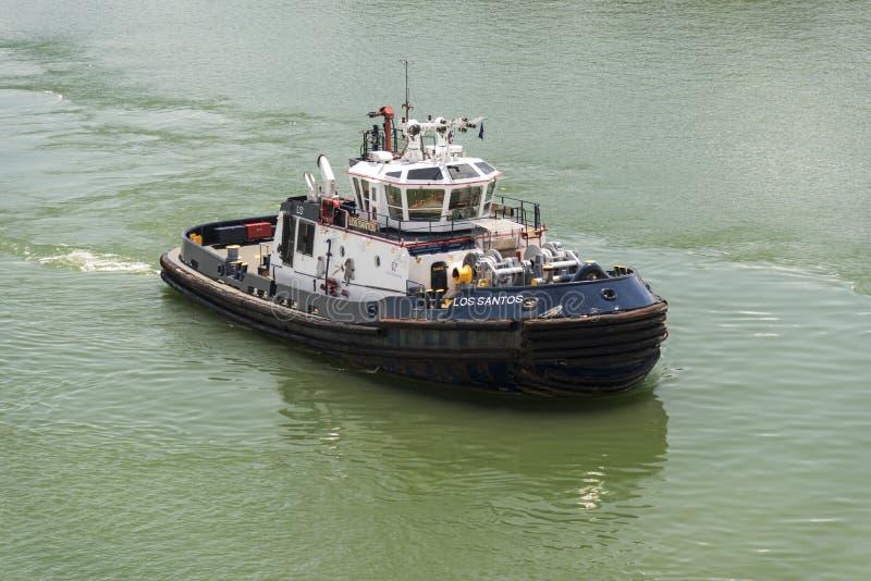 Il rimorchiatore Los Santos Panama Canal Authority vicino a Gatun chiude il canale di Panama a chiave immagine stock libera da diritti