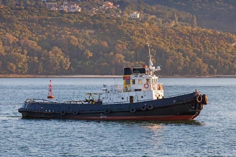 Il rimorchiatore nero è in corso su Mar Nero fotografia stock libera da diritti