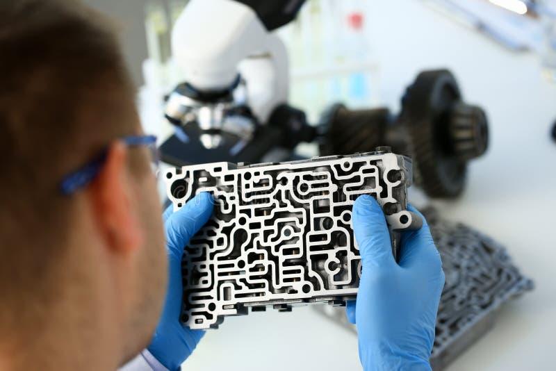 Il riparatore di servizio di riparazione automatica in automatico immagini stock libere da diritti