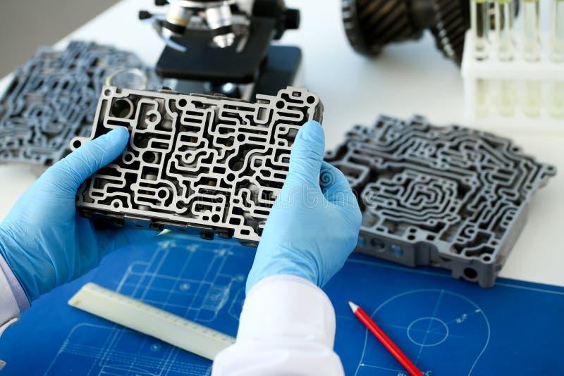 Il riparatore di servizio di riparazione automatica in automatico fotografie stock