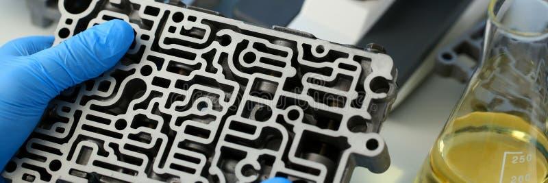 Il riparatore di servizio di riparazione automatica in automatico immagine stock