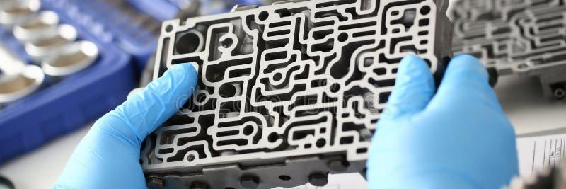 Il riparatore di servizio di riparazione automatica in cambi automatici fotografia stock