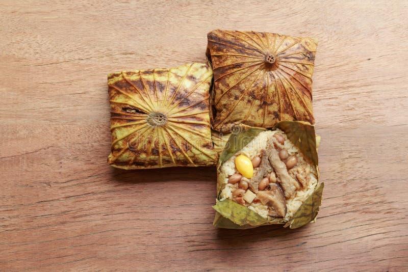 Il riso appiccicoso avvolto nella foglia o in Zongzi del loto è cinese tradizionale che l'alimento è fatto con riso appiccicoso fotografia stock libera da diritti