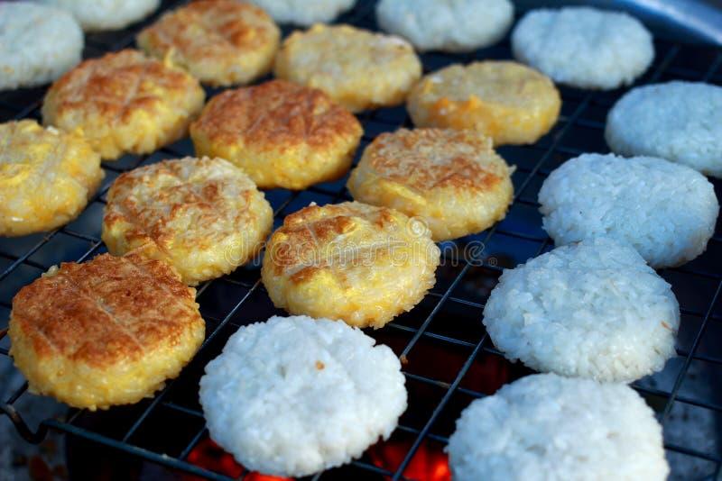Il riso appiccicoso dell'arrosto tailandese ammassa con il sale dell'uovo sulla pentola fotografie stock