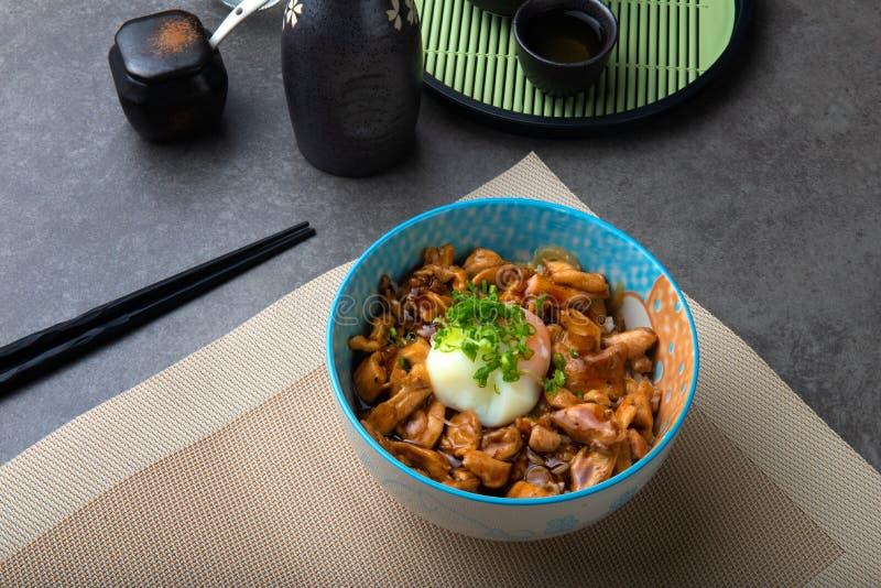Il riso con la griglia del pollo di teriyaki o il teriyaki indossa nello stile giapponese immagini stock libere da diritti