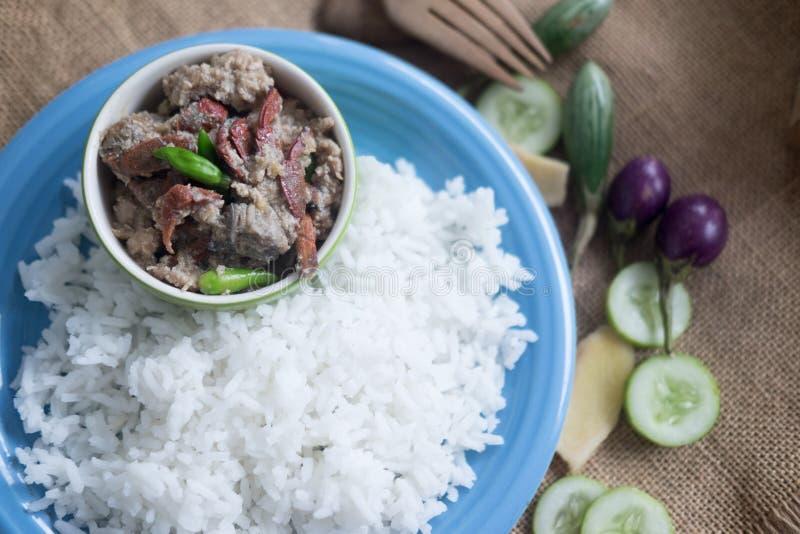 Il riso cucinato morbidezza è servito con la immersione del granchio dello stufato immagine stock