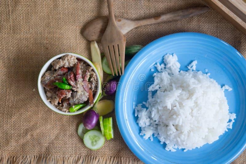 Il riso cucinato morbidezza è servito con la immersione del granchio dello stufato fotografie stock