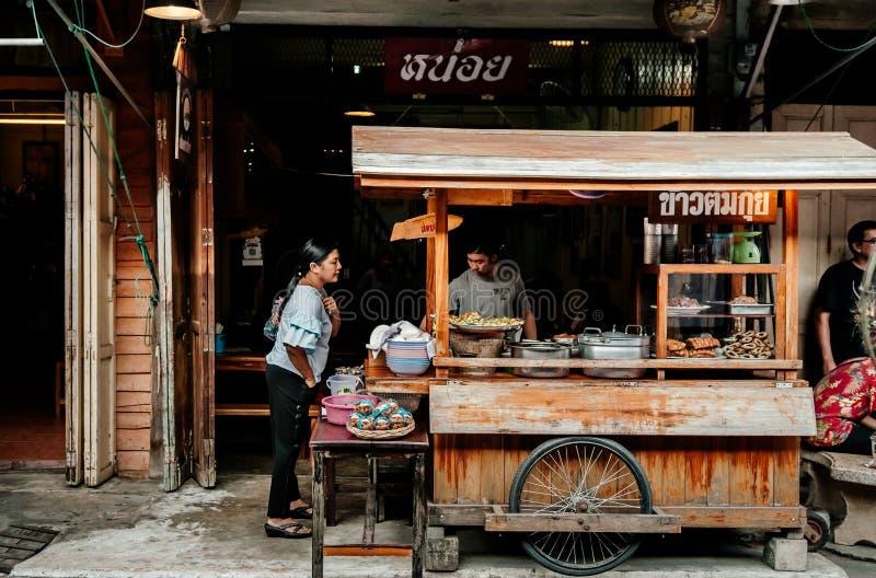 Il riso e la tagliatella locali tailandesi dell'alimento della via comperano in Uthaithani immagine stock libera da diritti