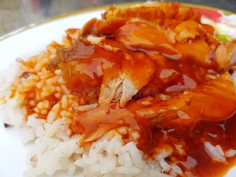 Il riso estremo del primo piano ha arrostito la carne di maiale rossa con sugo fotografie stock