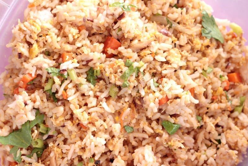 Il riso fritto ha messo il granchio sul piatto fotografie stock