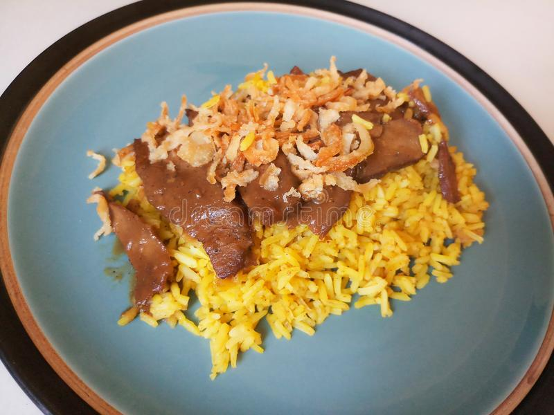 Il riso giallo musulmano con il pollo, il pollo Biryani con chutney verde/` s ha chiamato Koa Mook Gai immagine stock