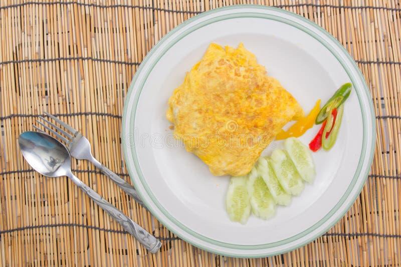 Il riso infornato con l'involucro del bacon eggs sul piatto bianco fotografia stock libera da diritti