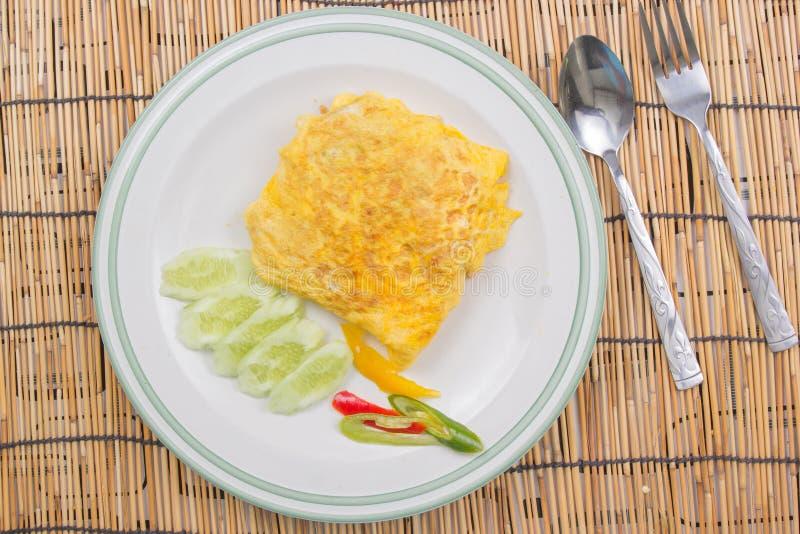 Il riso infornato con l'involucro del bacon eggs sul piatto bianco fotografia stock