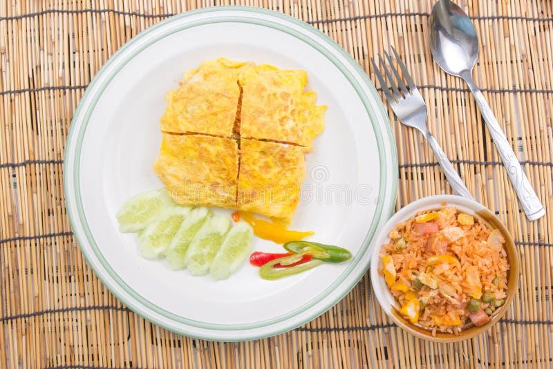 Il riso infornato con l'involucro del bacon eggs sul piatto bianco fotografie stock