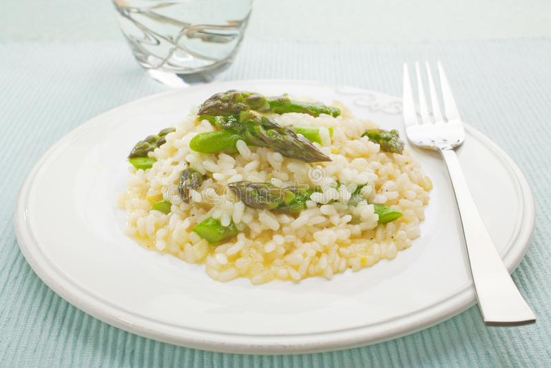Il risotto dell'asparago ha placcato fotografie stock libere da diritti