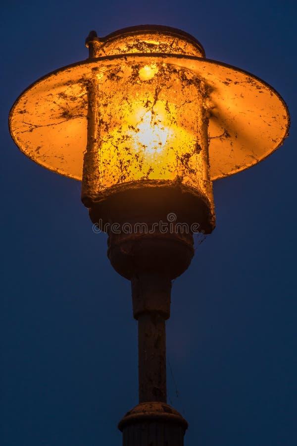 Il risparmio sulla pulizia della via conduce alle lanterne sporche e sgradevoli fotografie stock libere da diritti