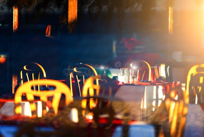 Il ristorante del ` s della località di soggiorno è tramonto, la sera, riflessioni sui vetri di vino fotografia stock